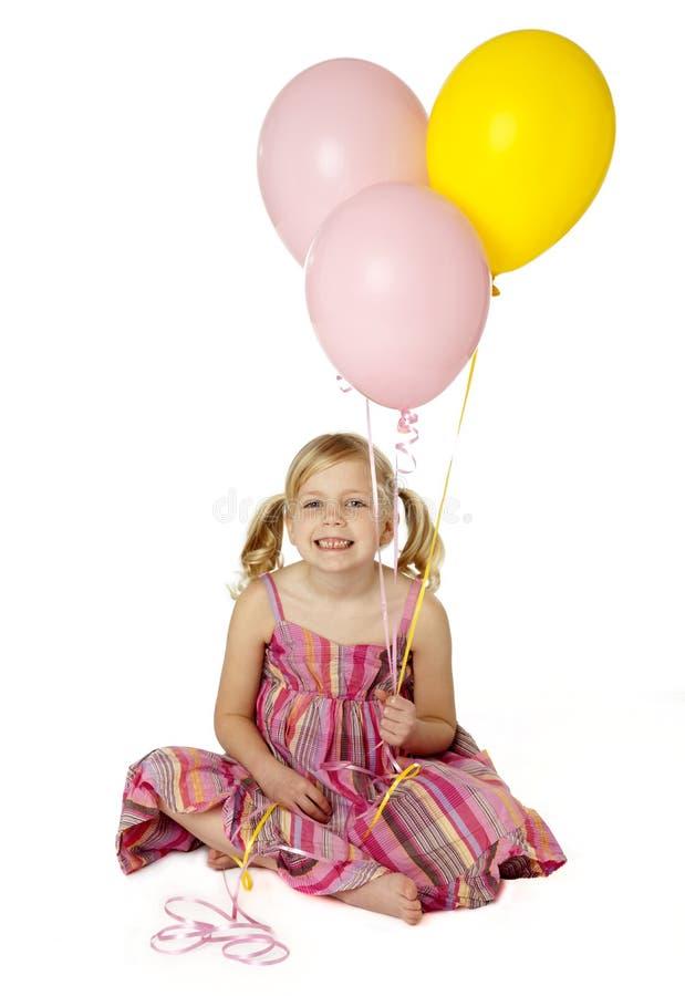 Nette weibliches Kind-Holding-Ballone stockfoto