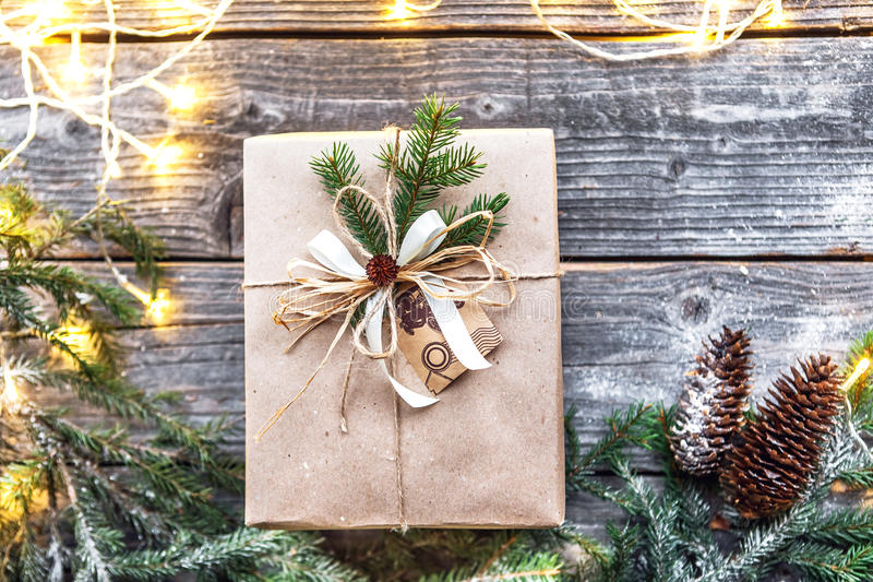 Nette Weinleseweihnachtsneujahrsgeschenke verspotten oben auf hölzernem Hintergrund stockfotografie