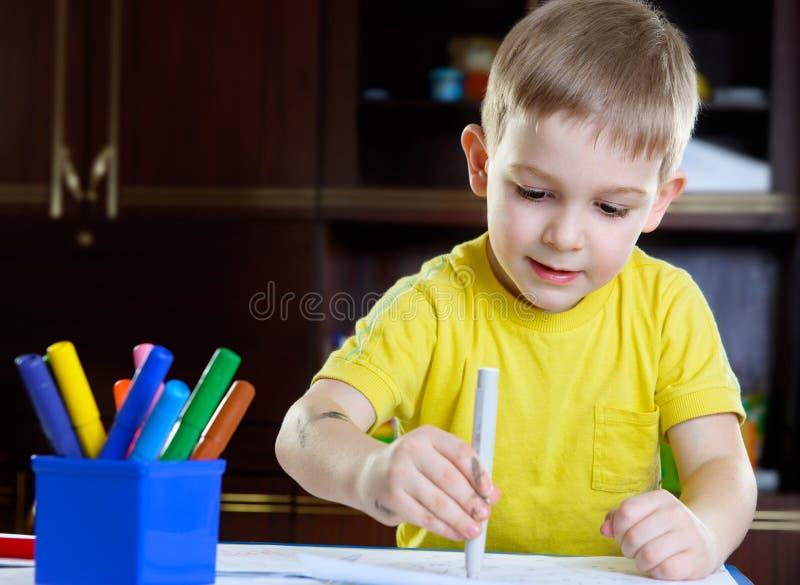 Nette Zeichnung des kleinen Jungen mit Filzstift lizenzfreie stockbilder