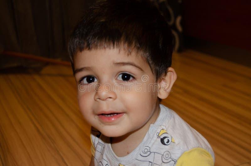 Nette zwei Jahre alte Junge, die lustige Gesichter fr?hes Entwicklungskonzept, Portr?t, Gesichtsausdr?cke machen lizenzfreies stockfoto