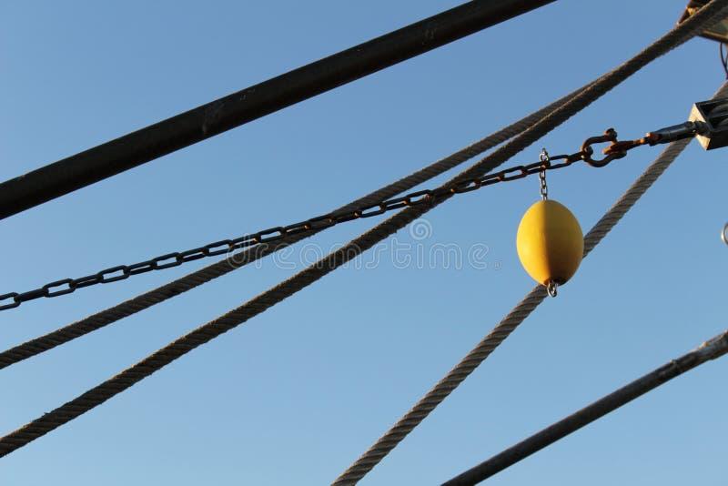 Netten en kabels van een vissersvaartuig in de haven van Santa Pola binnen stock foto's