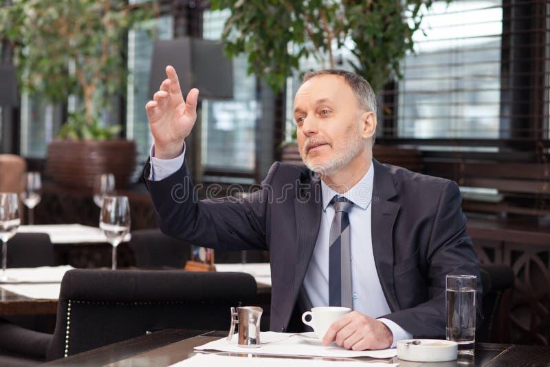 Netter älterer Mann steht im Restaurant still lizenzfreies stockfoto