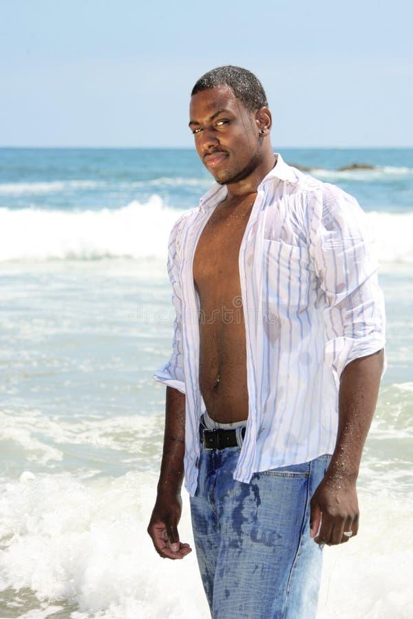 Netter Afroamerikaner-junger Mann, der in Wate steht lizenzfreie stockbilder