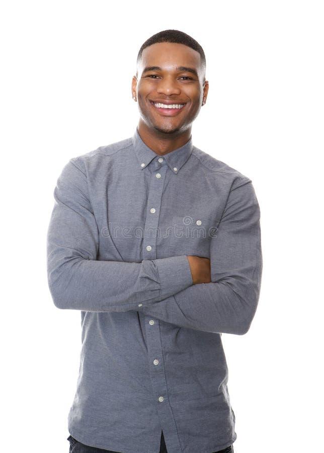 Netter Afroamerikanermann, der mit den Armen gekreuzt lächelt stockfotografie