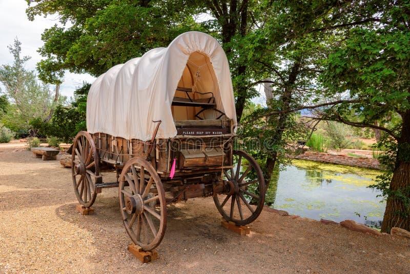 Netter alter Planwagen in Arizona und im See im Hintergrund stockfotos