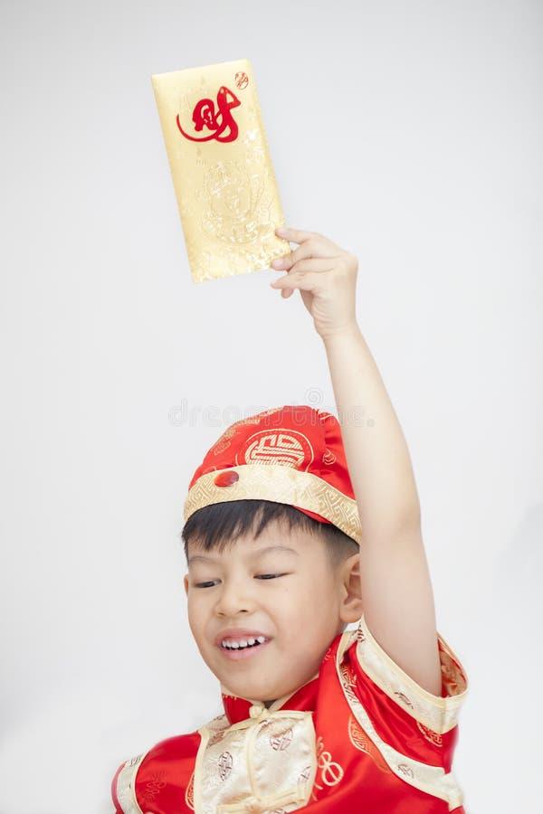 Netter asiatischer Junge auf Traditions-Chinesisch Cheongsam auf weißem Backgroun stockbild