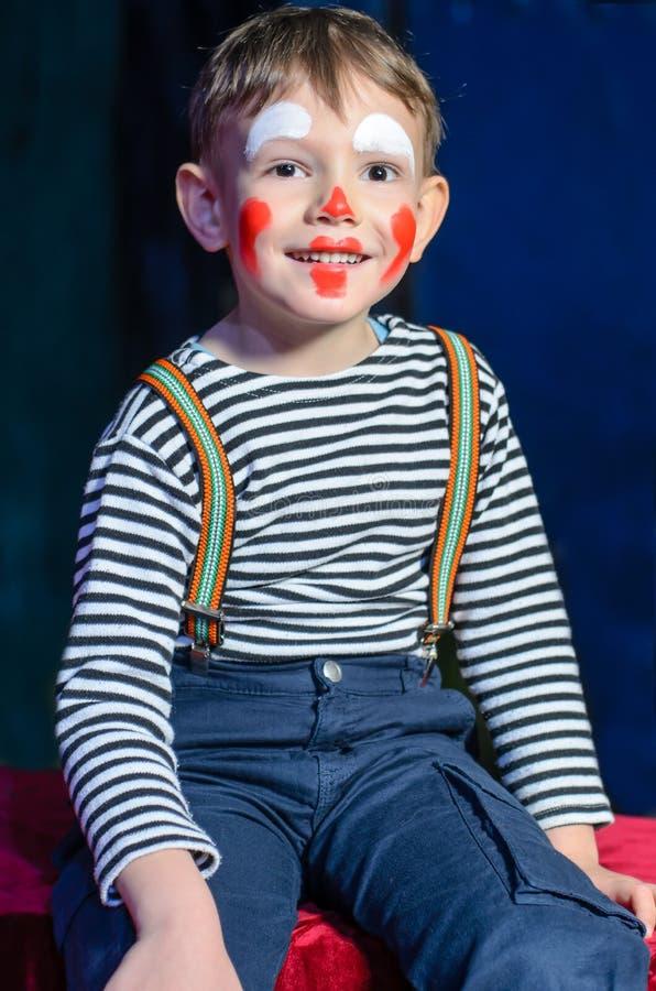 Netter aufgeregter kleiner Junge im komischen roten Make-up lizenzfreie stockfotos
