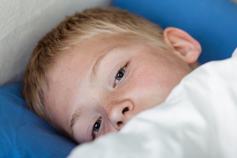 Netter aufwachender Junge stockfotografie