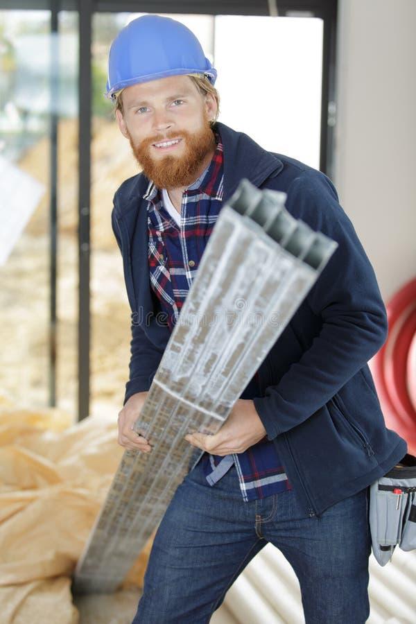 Netter Bauarbeiter tragendes harhat lizenzfreie stockbilder