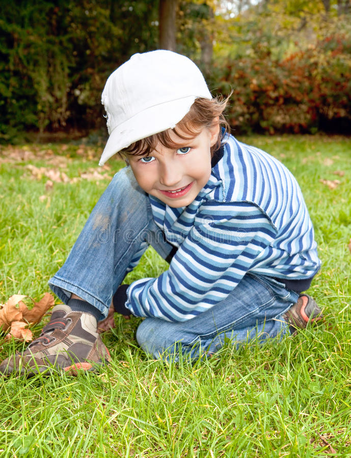 netter blauäugiger Junge in Herbst farbigem Park lizenzfreie stockfotos
