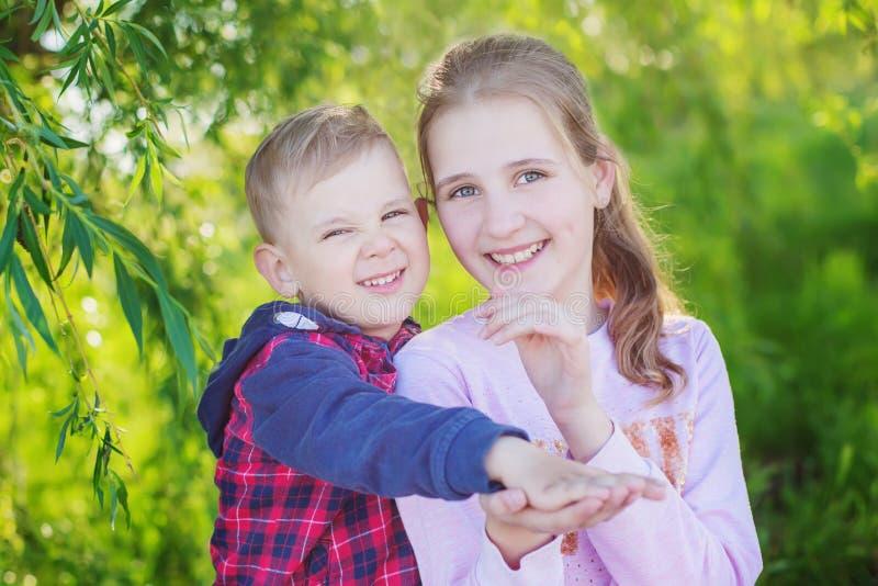 Netter Bruder und Schwester, die zusammen spielt lizenzfreies stockbild