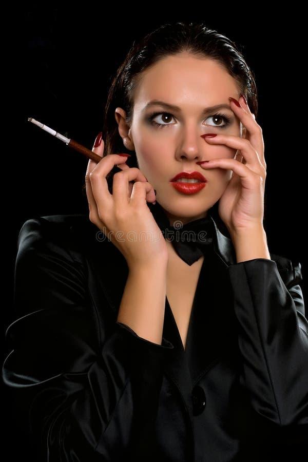 Netter Brunette mit einem Mundstück in der Hand lizenzfreies stockfoto