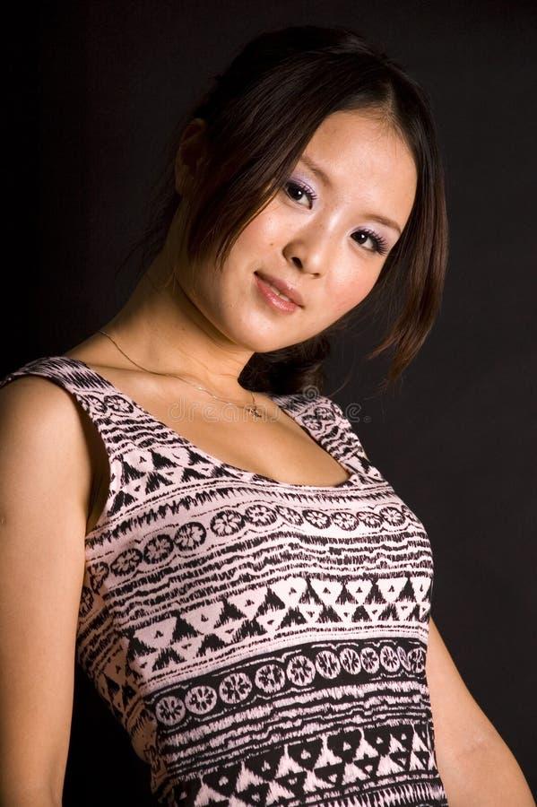 Netter chinesischer Jugendlicher im Rock lizenzfreie stockfotografie
