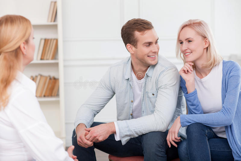 Netter Ehemann und Frau lösen Probleme stockfotos