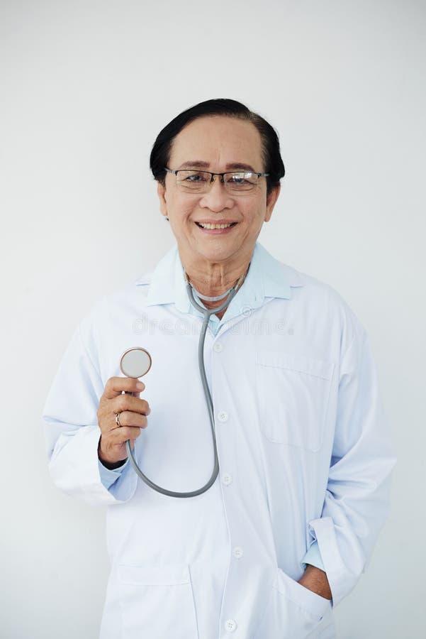 Netter erfahrener Doktor lizenzfreie stockbilder