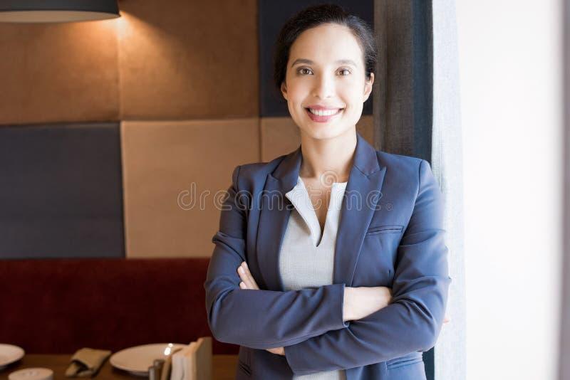 Netter erfolgreicher weiblicher Gastwirt stockfoto
