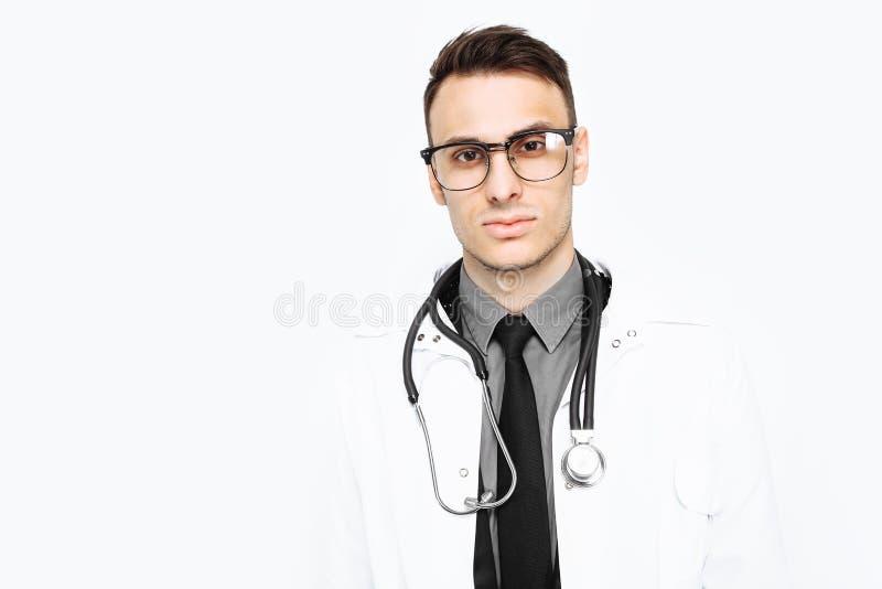 Netter froher Doktor in der weißen Robe und im Stethoskop auf Halsklo lizenzfreie stockfotografie