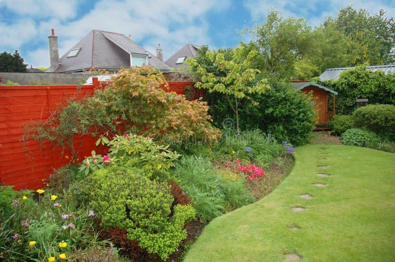 Netter Garten mit Blumen lizenzfreies stockfoto