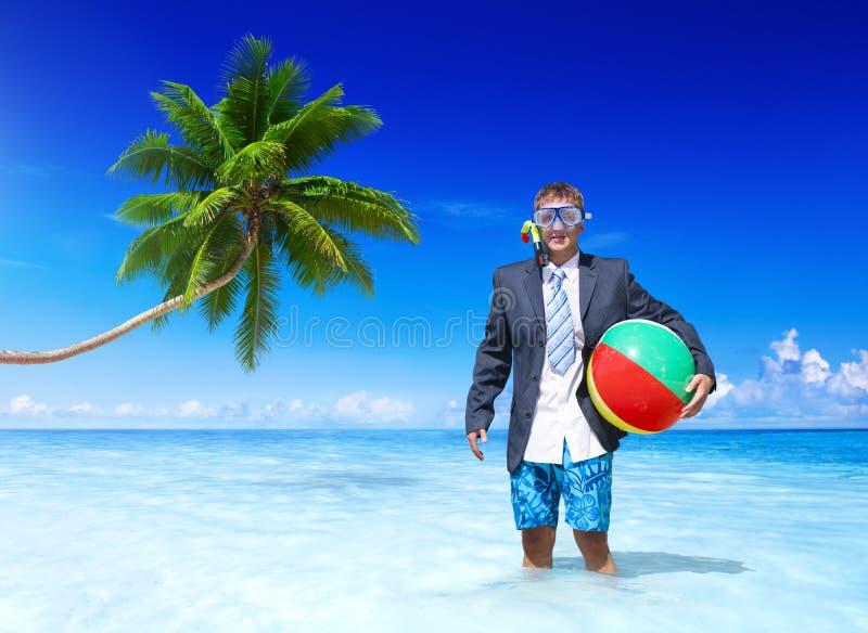 Netter Geschäftsmann, der sich im Urlaub entspannt stockfotografie
