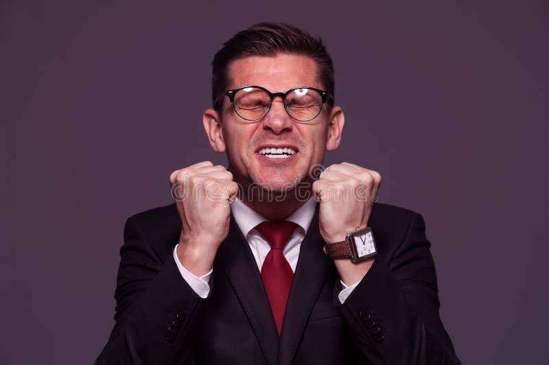 Netter Geschäftsmann, der zuhause aufwirft lizenzfreies stockfoto
