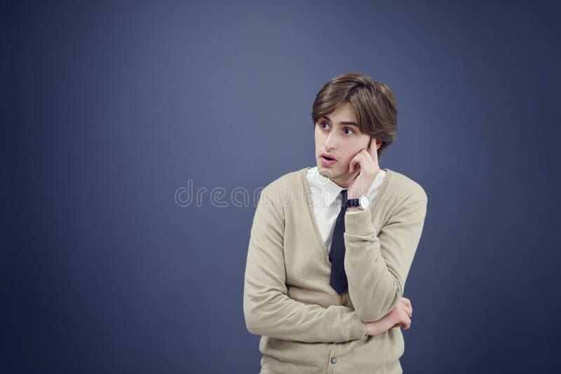 Netter Geschäftsmann mit den Armen hob in Erfolg lokalisiert auf weißem Hintergrund an lizenzfreies stockbild