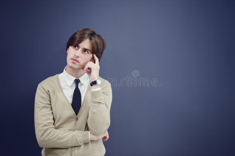 Netter Geschäftsmann mit den Armen hob in Erfolg lokalisiert auf weißem Hintergrund an lizenzfreie stockfotografie