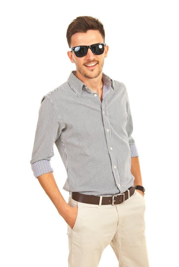 Netter Geschäftsmann mit Sonnenbrille lizenzfreies stockfoto