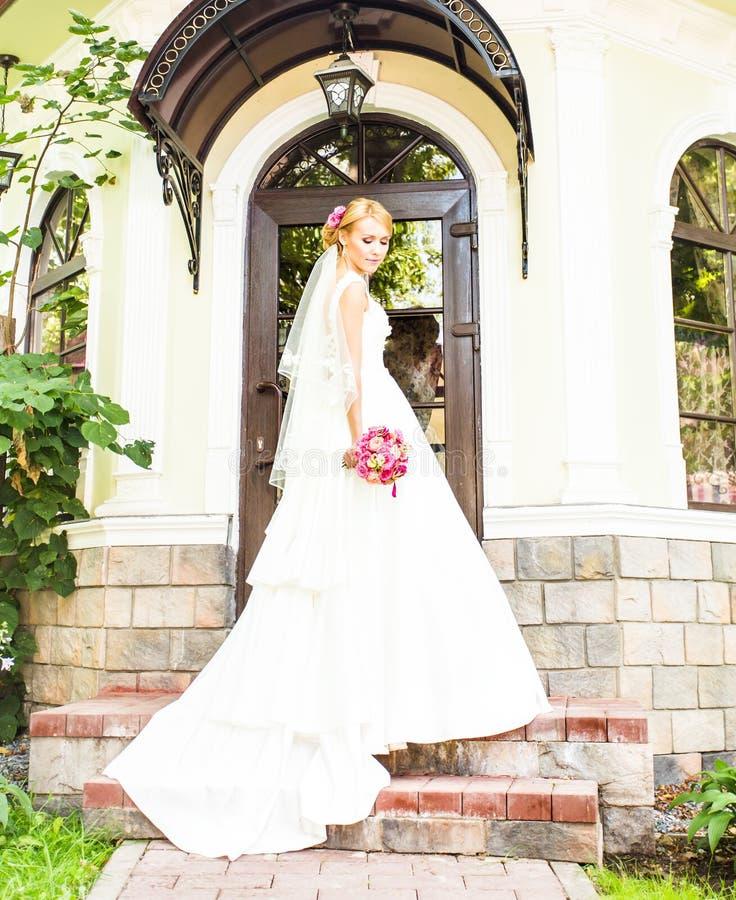 Netter Hochzeitsblumenstrauß in der Hand der Braut lizenzfreies stockfoto