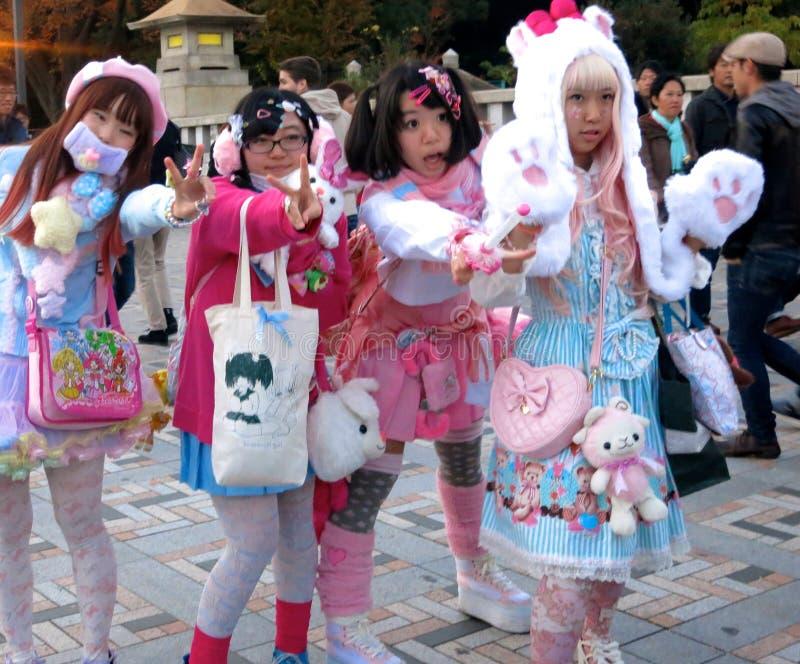 Netter Japaner Lolita Fashion Girls Posing im Park -- nette Mädchen, Modemädchen, lolita Mädchen, cosplay Mädchen stockfotografie