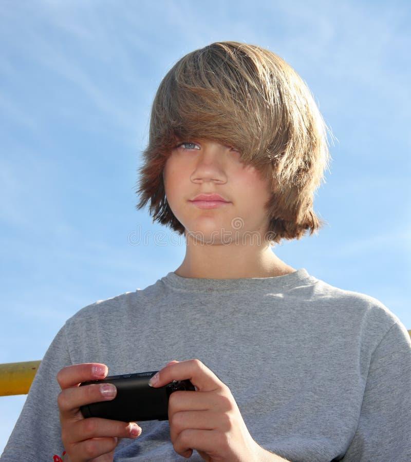 Netter jugendlich Junge Texting stockfotos