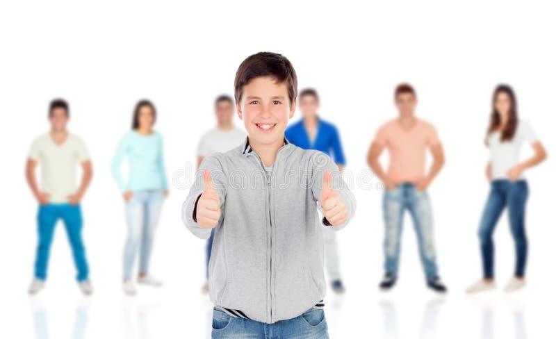 Netter Jugendlichjunge, der o.k. mit ihren Mitschülern sagt stockfotos