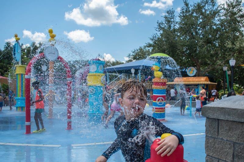 Netter Junge, der mit dem Wasserstrahl im Sesame Street-Bereich bei Seaworld 3 spielt stockfoto