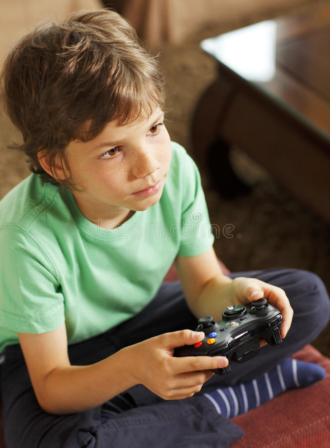Netter Junge, der Videospiele spielt lizenzfreies stockbild