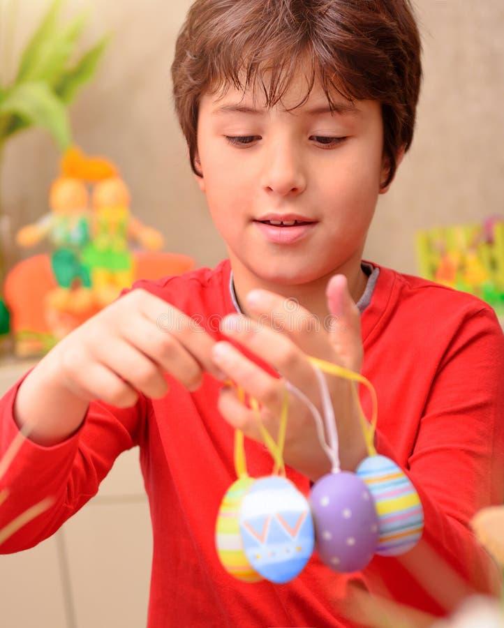 Netter Junge, der zu Ostern sich vorbereitet stockbilder