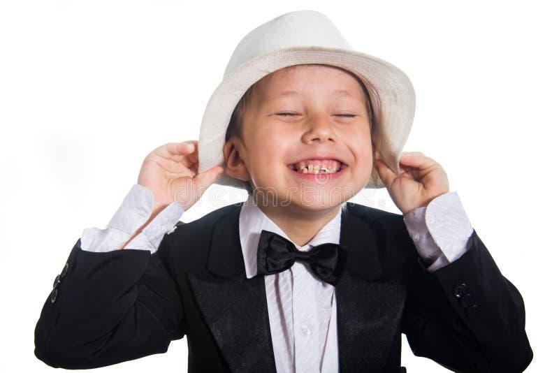 Netter Junge in einem Smoking und in einem Hut stockbilder