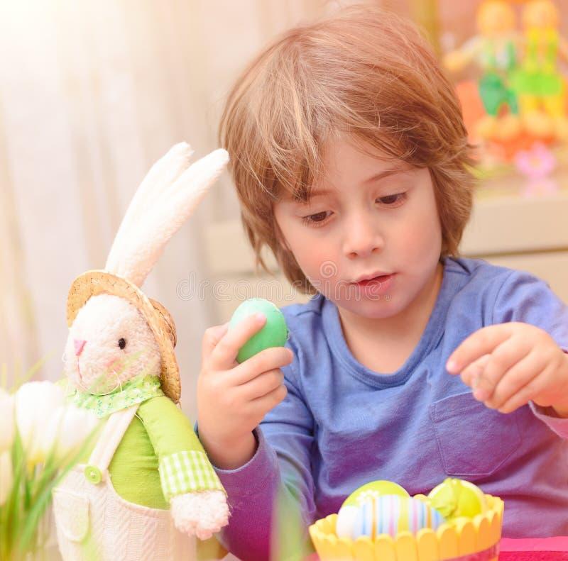 Netter Junge genießen Ostern-Feiertag lizenzfreies stockfoto