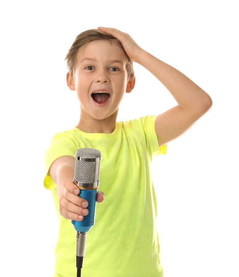 Netter Junge mit Mikrofon auf Weiß stockbilder