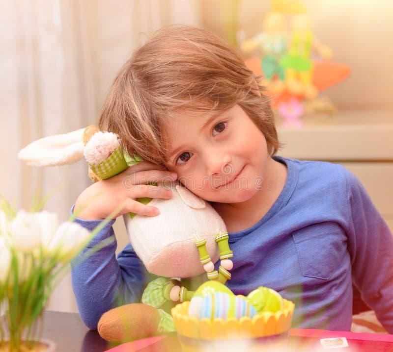 Netter Junge mit Osterhasen stockbild