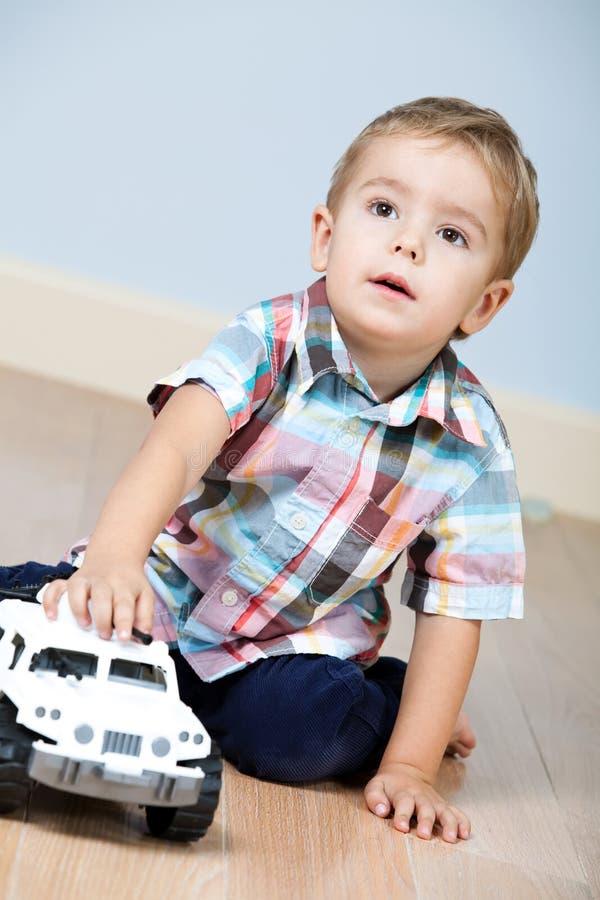 Netter Junge mit Spielzeugauto stockfoto