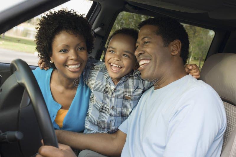 Netter Junge und Eltern, die im Auto sitzen lizenzfreie stockbilder
