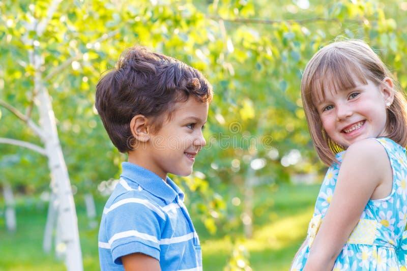 Netter Junge und Mädchen stockbild