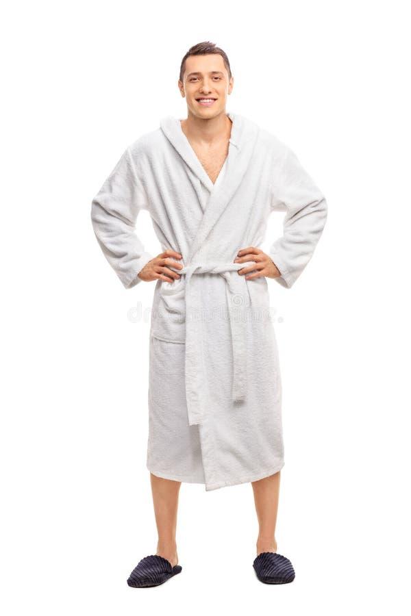 Netter junger Mann in einem weißen Bademantel lizenzfreie stockbilder