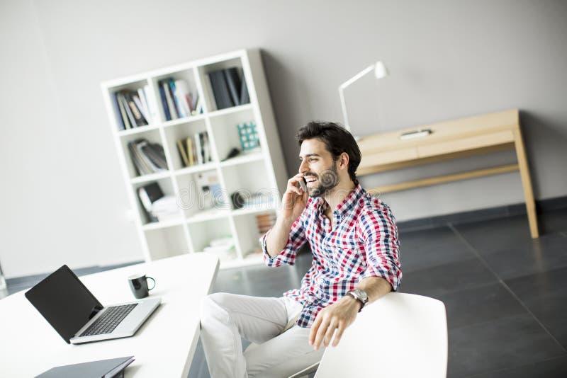 Netter junger Mann im Büro lizenzfreie stockbilder