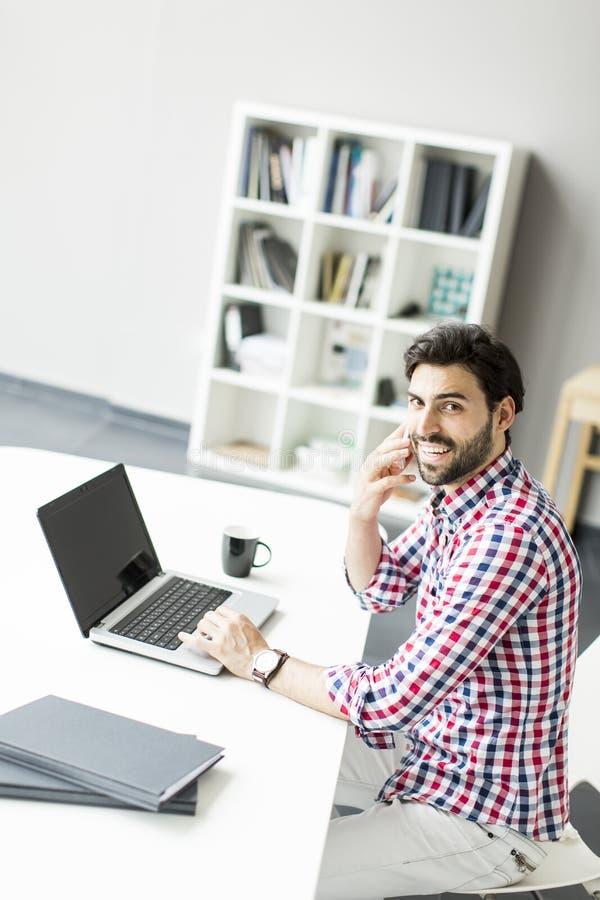 Netter junger Mann im Büro lizenzfreie stockfotografie