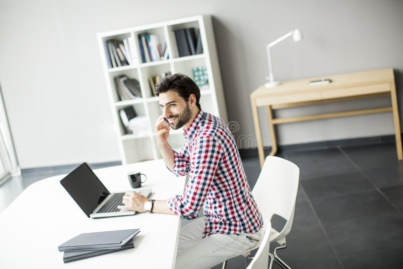 Netter junger Mann im Büro lizenzfreies stockfoto