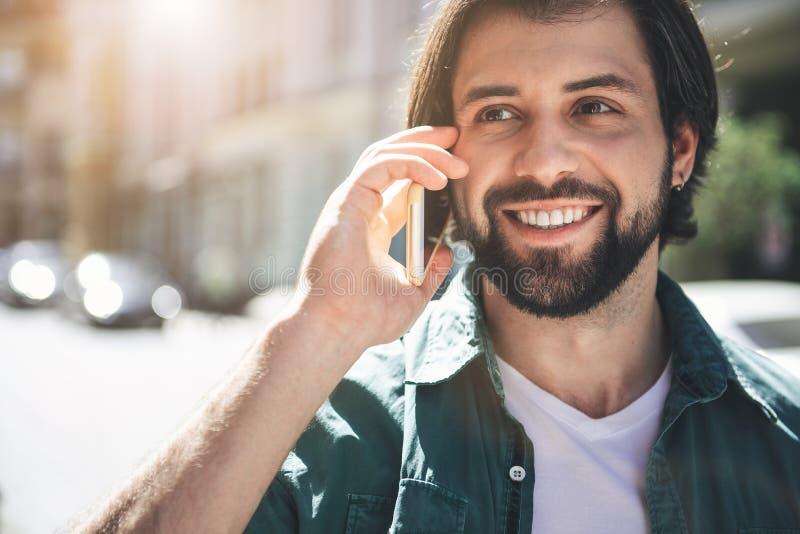 Netter Kerl, der draußen Gerät verwendet lizenzfreie stockbilder
