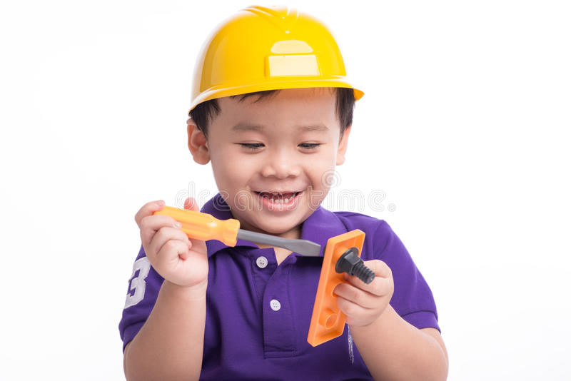 Netter kleiner Ingenieur Entzückender zukünftiger Bauarbeiter über einem weißen Hintergrund stockbilder