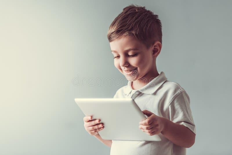 Netter kleiner Junge lizenzfreie stockbilder