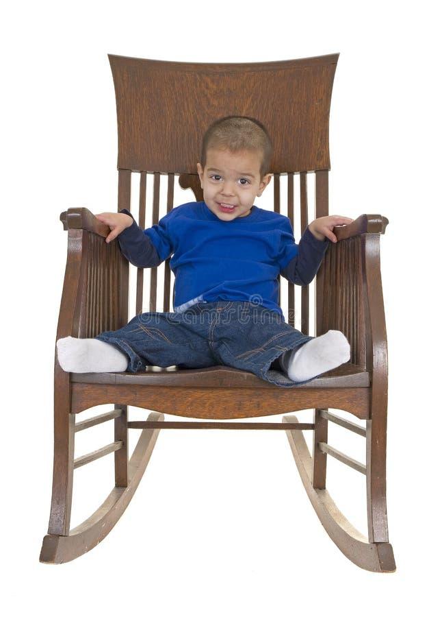 Netter kleiner Junge auf Schwingstuhl stockbilder