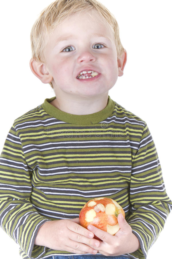 Netter kleiner Junge, der Apfel isst lizenzfreies stockfoto